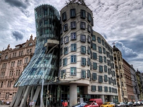 the-dancing-house-in-prague-background-25444